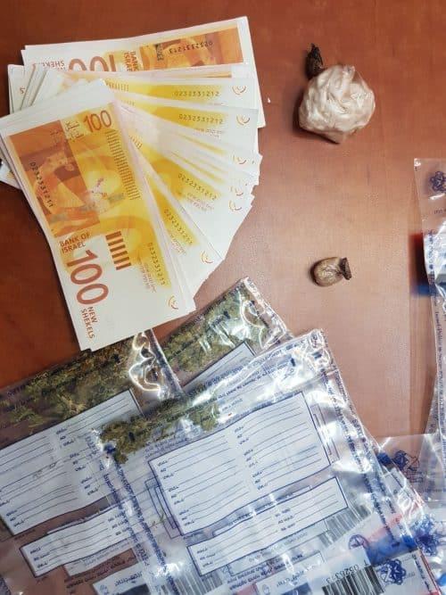 נעצרו בחשד להחזקת סמים ושטרות מזוייפים