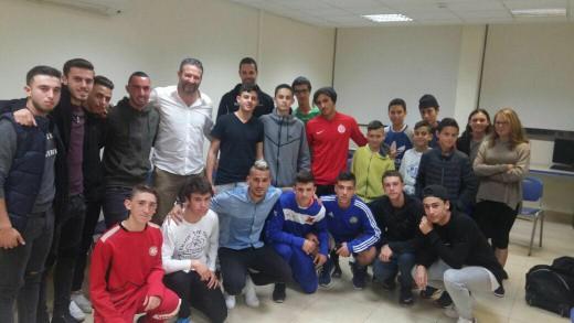 אילן בכר ומאור בוזגלו עם משתתפי הפרויקט, צילום: באדיבות העמותה לקידום הספורט בגבעתיים