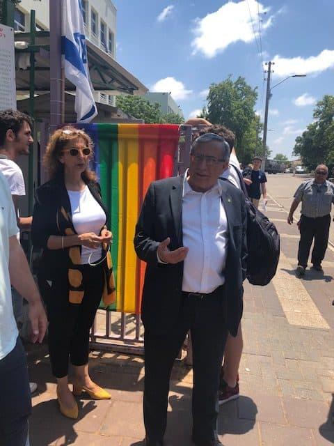 ראש עיריית רמת גן בחזית בית הספר בליך, צילום: באדיבות דוברות עיריית רמת גן