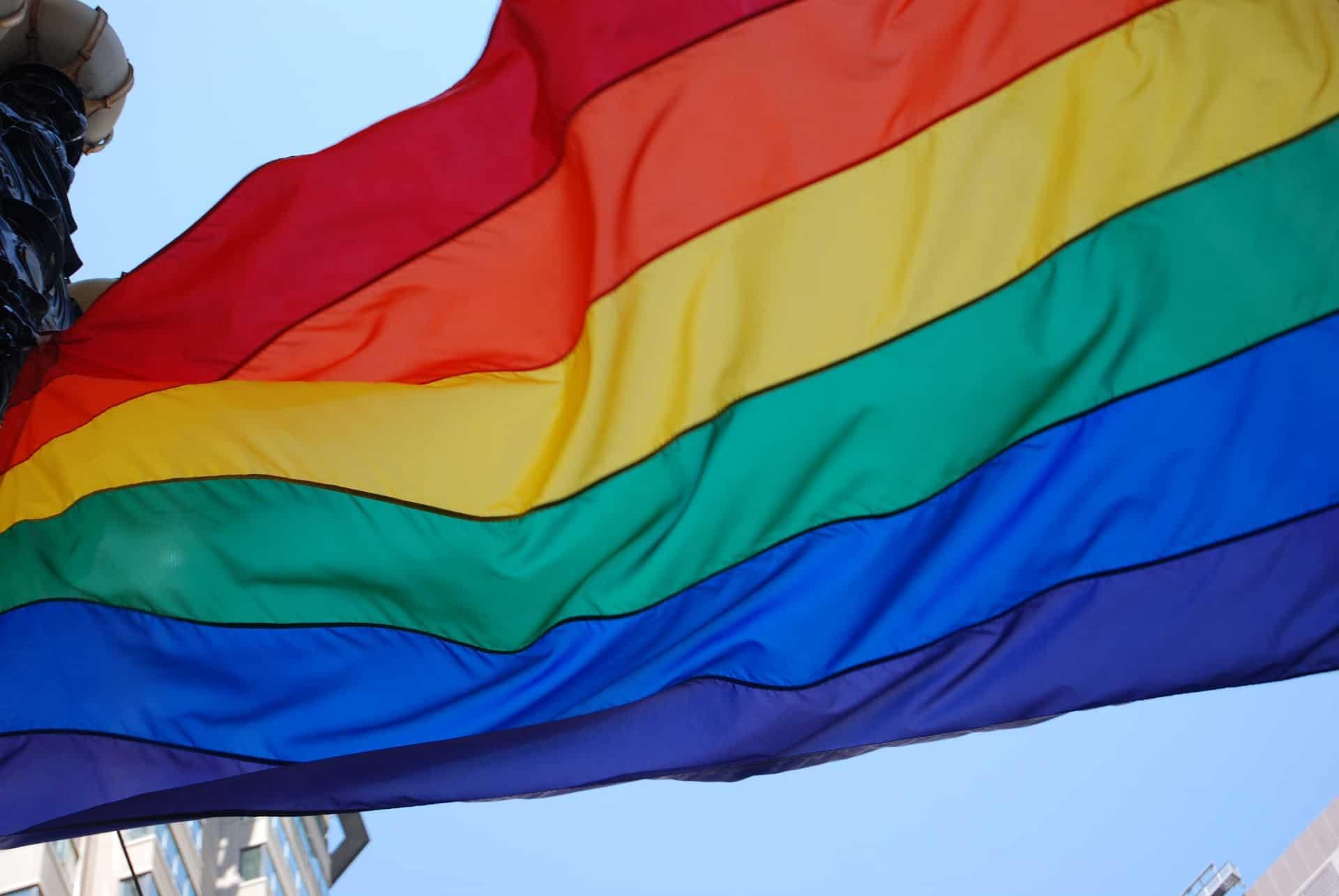 דגל הגאווה יונף במעמד ראש העירייה