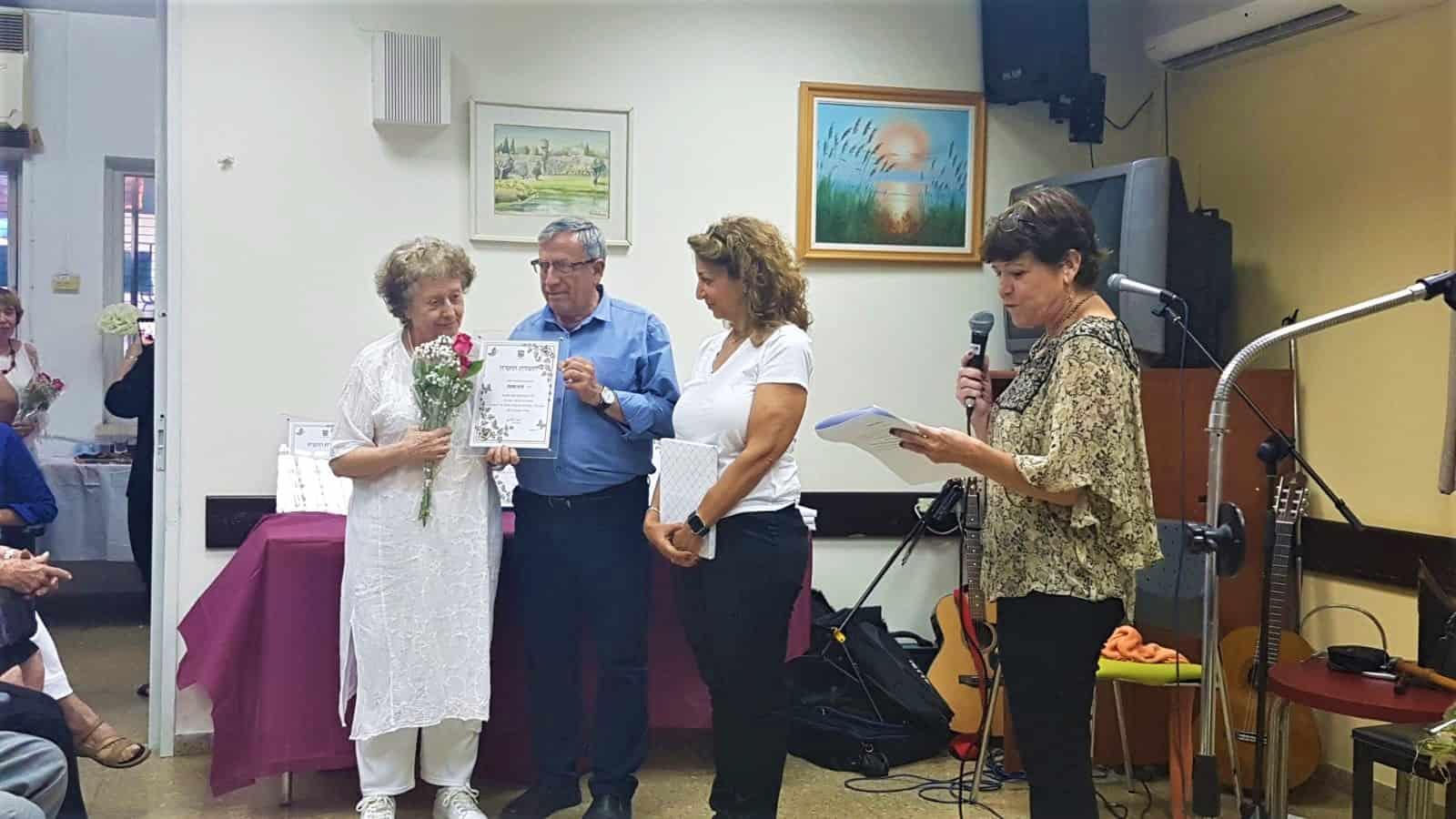 ראש העירייה מעניק תעודת הוקרה למתנדבת חיה מנוח, צילום: באדיבות דוברות עיריית רמת גן
