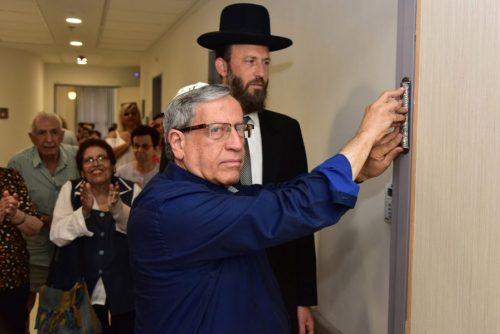 ראש עיריית רמת-גן במעמד קביעת המזוזה במקום. צילום: ישראל מלובני