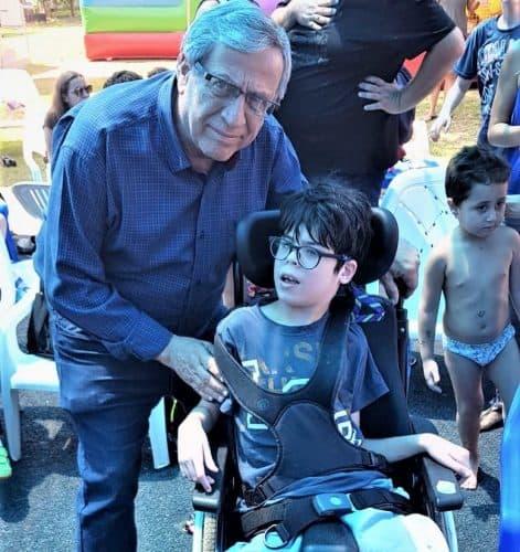 ראש עיריית רמת-גן עם אחד מילדי הקייטנה. תמונות: באדיבות עיריית רמת-גן
