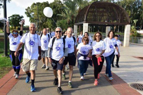 אדוה פולק צועדת עם המשתתפים