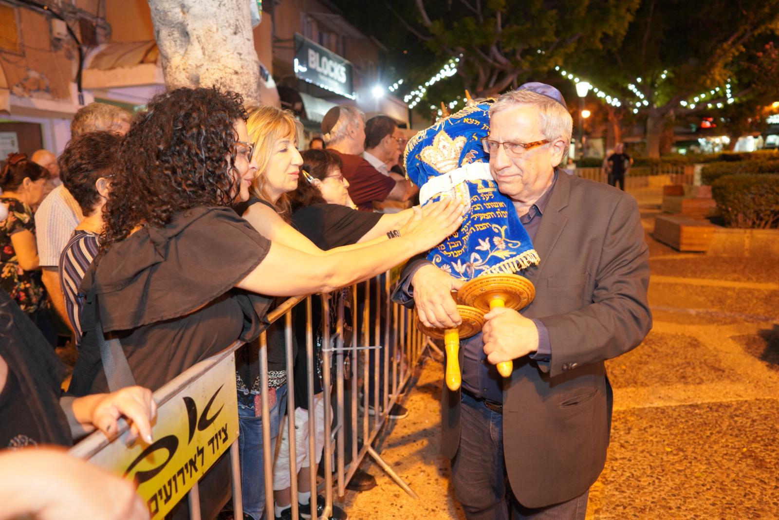 ראש עיריית רמת-גן בהקפות בכיכר רמבם - אילן ספירא