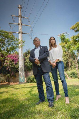ראש עיריית רמת-גן וסגניתו אביבית מאור נמרודי ליד קו המתח בשכונת חרוזים
