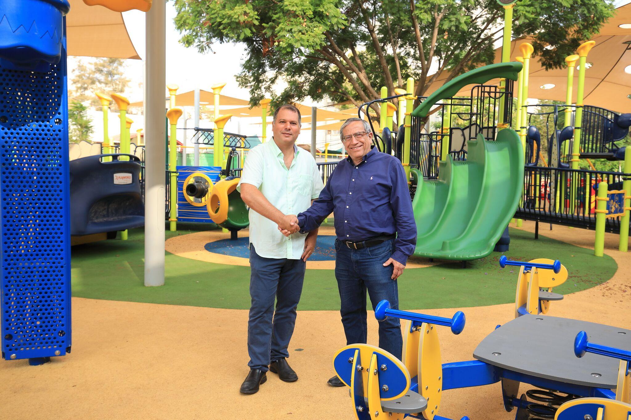 ראש עיריית רמת-גן וצחי זליכה בגן תהילה