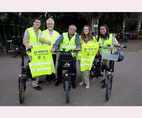 ראש עיריית רמת-גן עם מישה גרינברג, פעיל אור ירוק בעיר, וחניכי שבט צופי ירקון (1)