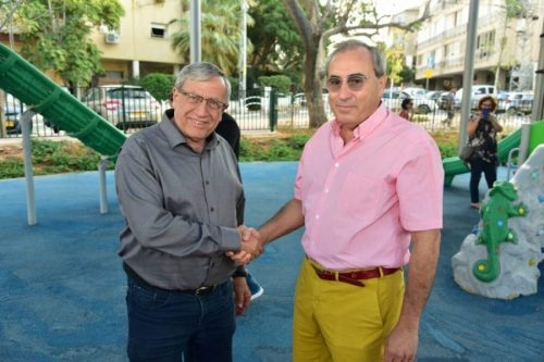 ראש עיריית רמת-גן עם נכדו של הפרדסן צבי גפן זל בטקס חנוכת הגינה