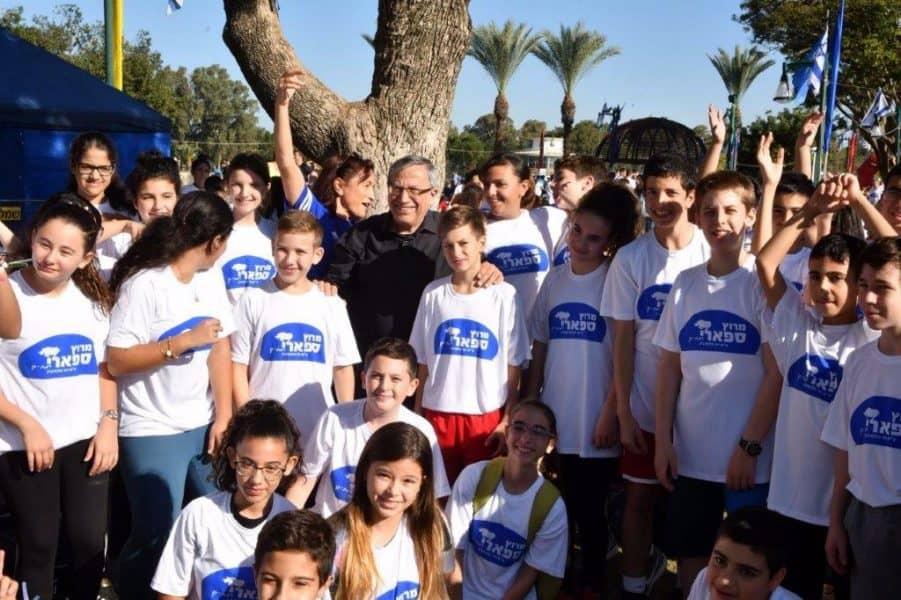 ראש עיריית רמת-גן עם תלמידים במרוץ הספארי. תמונות- ישראל מלובני