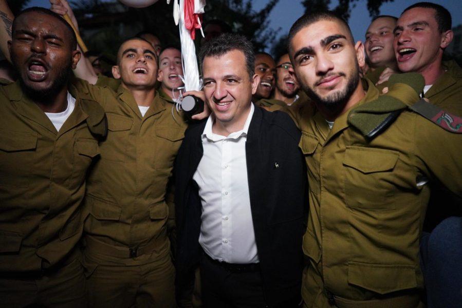 ראש עיריית רמת-גן כרמל שאמה הכהן עם חיילי חטיבת הצנחנים (1) (1)