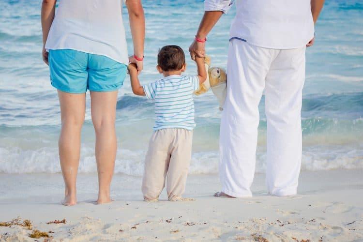 הורים ששומרים על הילד