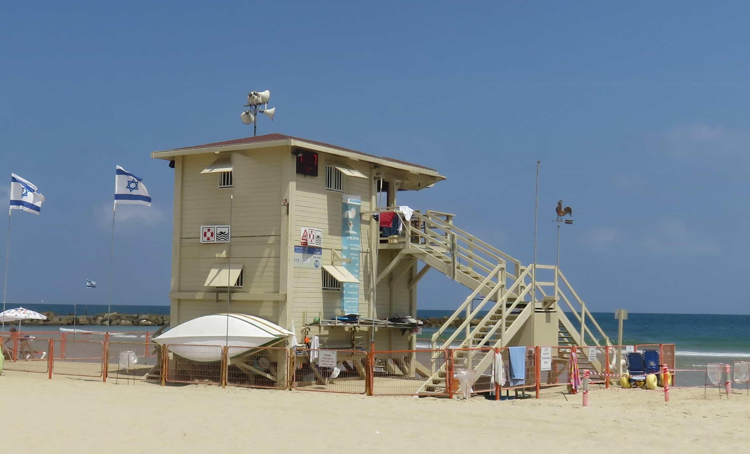 סוכת מציל חוף מציצים לפני העיצוב. צילום יחצ (1)