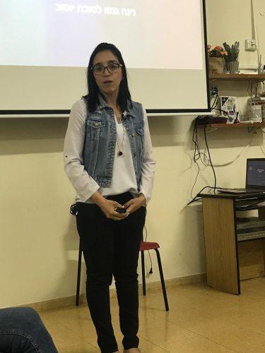נינה בהרצאה