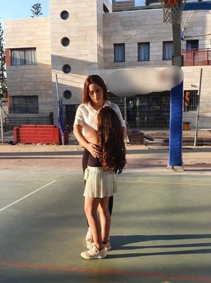 חברת הכנסת מאי גולן עם הילדה מרמת גן