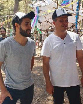 ישראל זרי וראש העירייה במחנה נוער