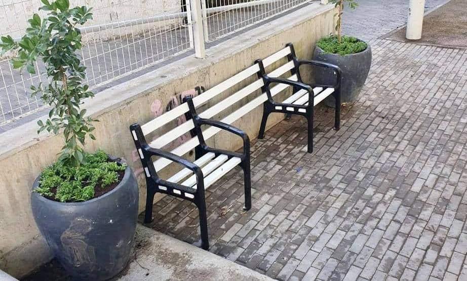 ספסל מותאם לכסאות גלגלים בגבעתיים