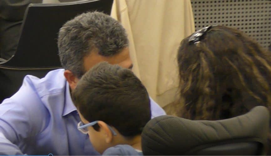 ראש העירייה עם הילד הנכה ואמו