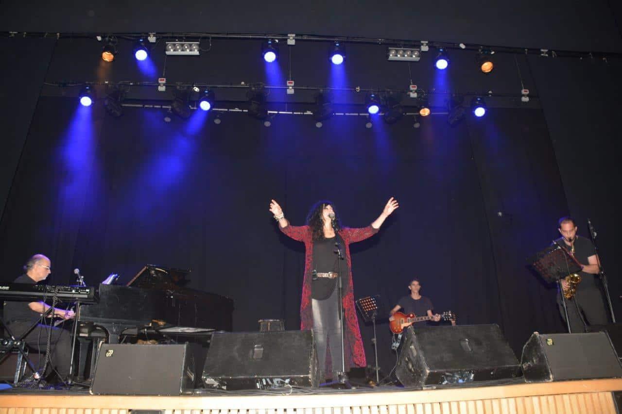 שלומית אהרון בהופעה