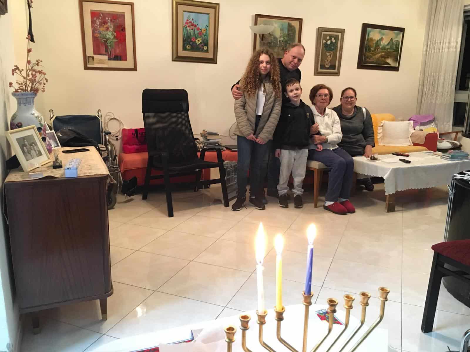 משפחת שוברט מדליקה נרות