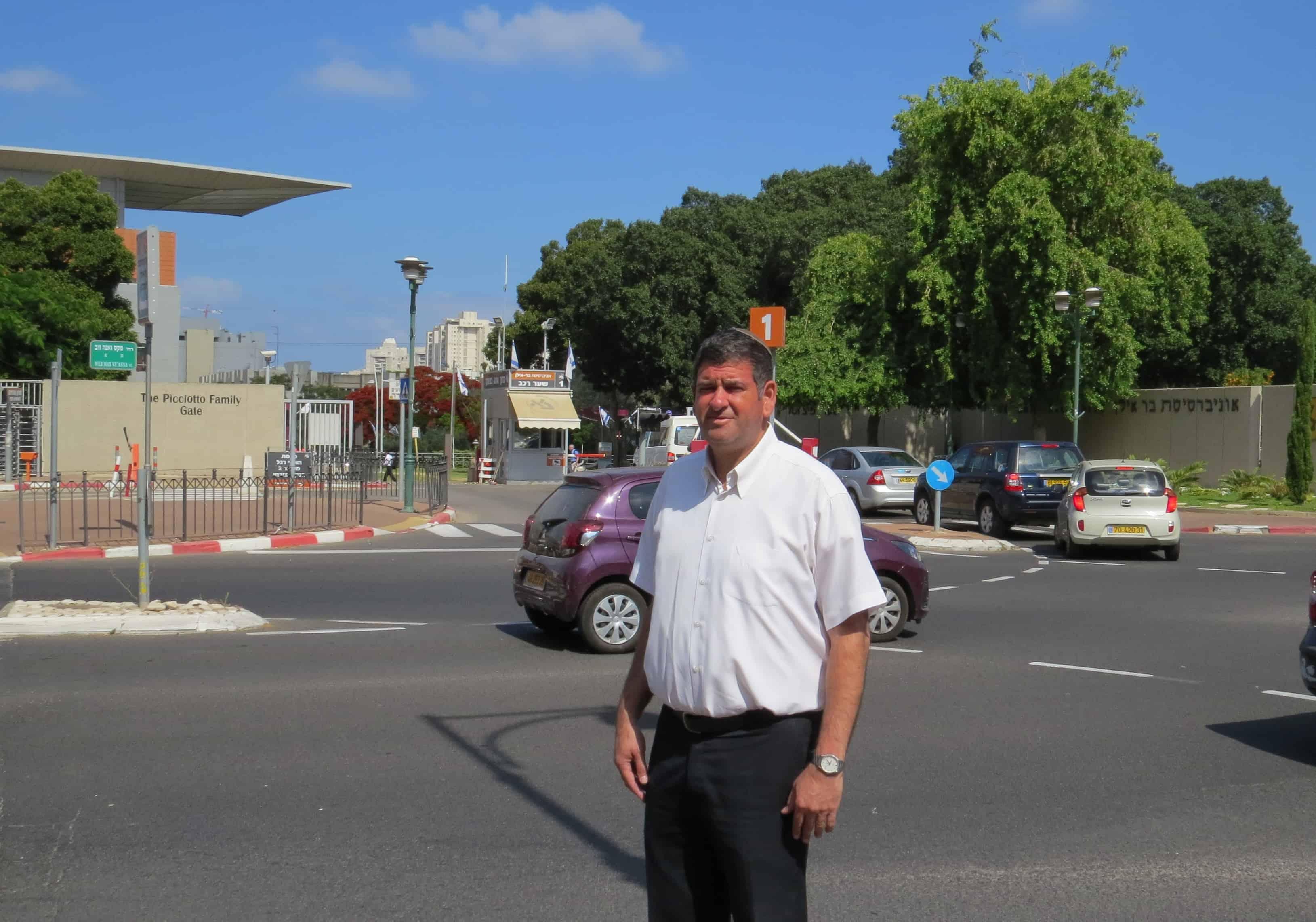 יוסי ברודני ליד אוניברסיטת בר אילן