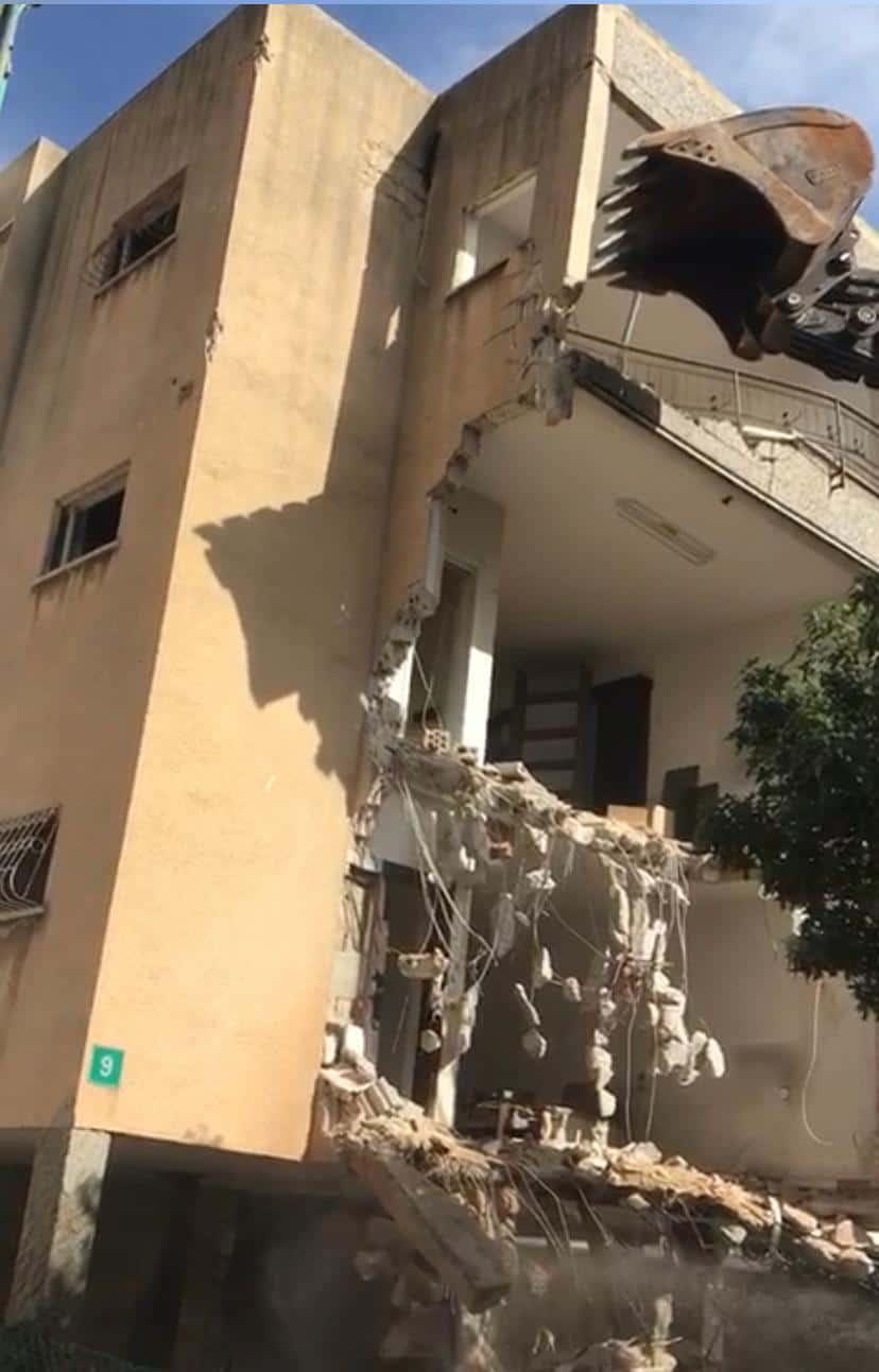 הבניין בחד נס במהלך ההריסה – צילום יחצ