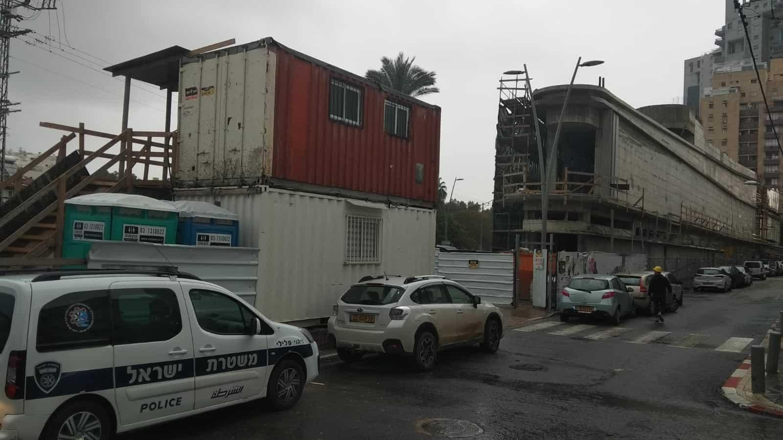 פועל בנין נפל מגובה במוזיאון