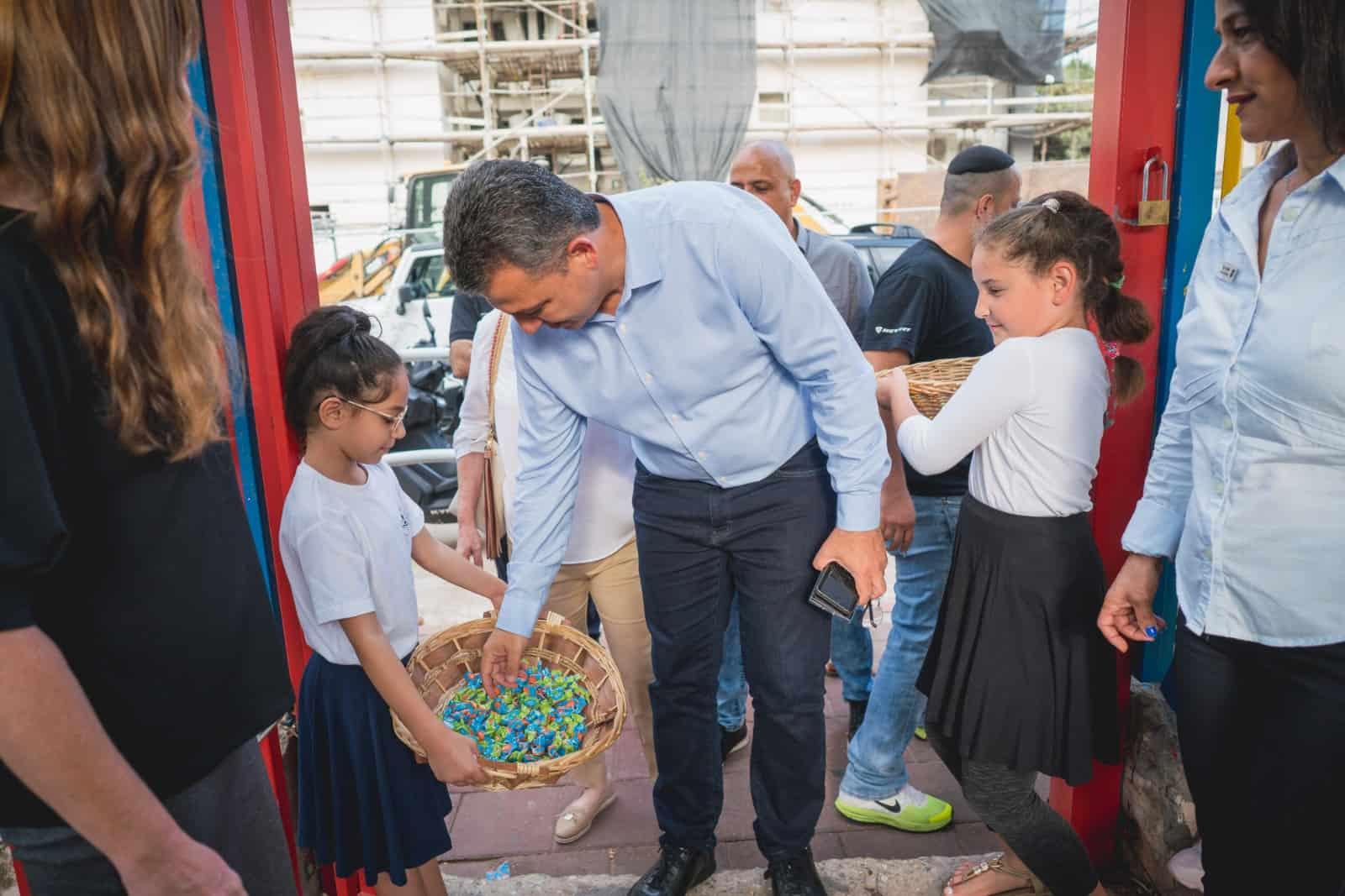 ראש העירייה עם התלמידים. צילום עירייה