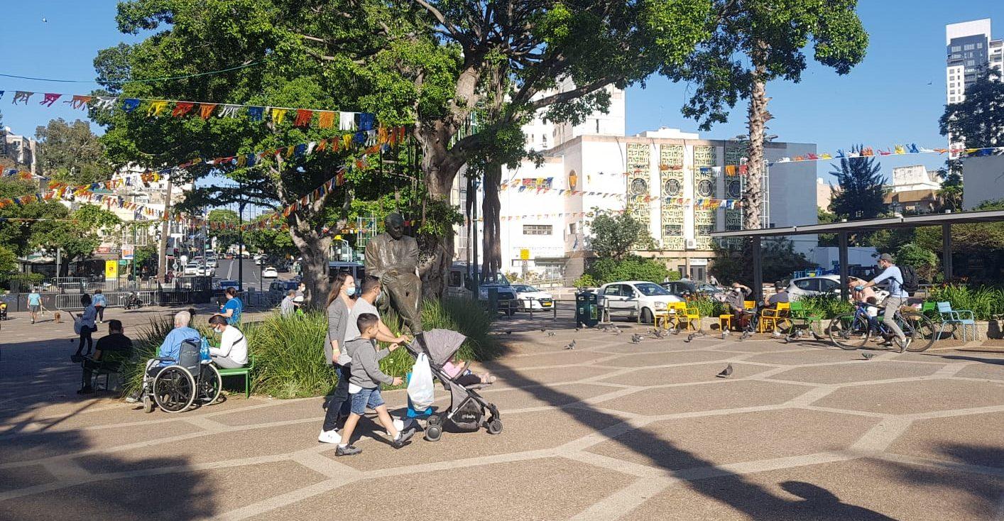 אנשים מטיילים בכיכר אורדע ברמת גן. צילום: סער ורדי