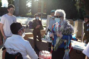 עמותת פה רך בבתי הקברות ביום הזיכרון. צילום: עמותת פה רך