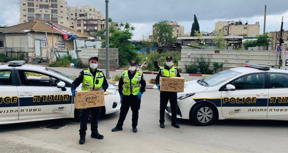 השוטרים עם מארזי המזון. צילום: דוברות המשטרה