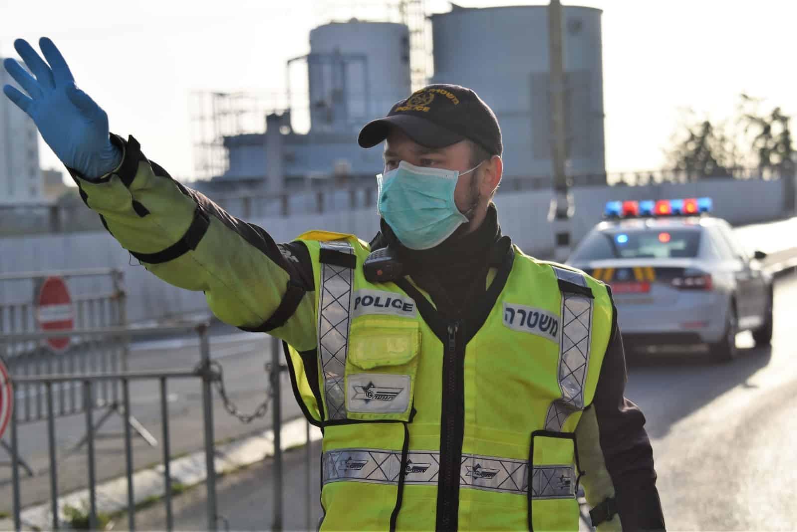 שוטר במחסום קורונה בני ברק. צילום משטרה
