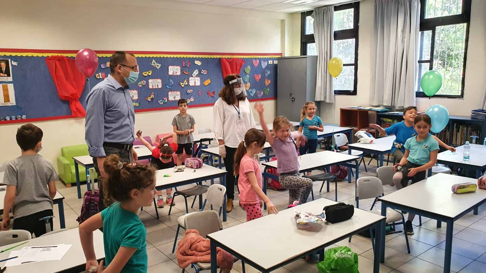 קוניק מסייר בכיתות. צילום: עיריית גבעתיים