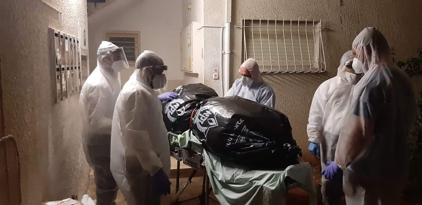 מתנדבי זק''א בעת פינוי גופת המנוח. צילום: זק''א תל אביב