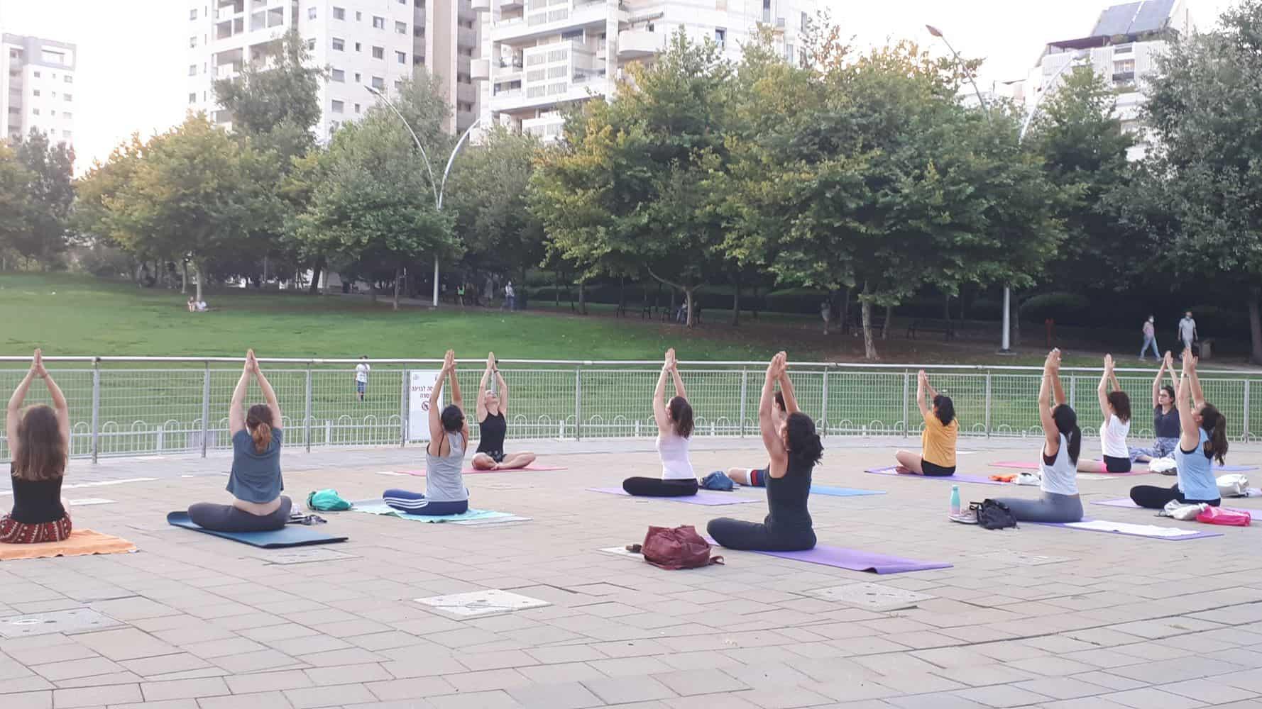יוגה באוויר הפתוח-רוני מנשה מויאל_פארק גבעתיים