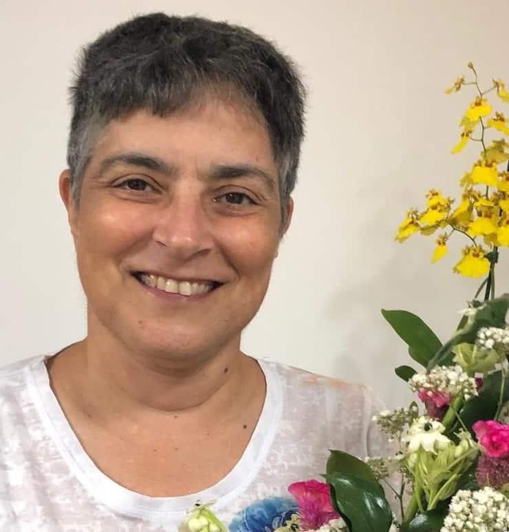 בהתנדבות שזירת פרחים (צילום רונית דבי-לב)