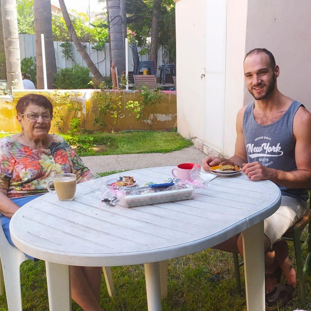 עוגה ושיחה עם קשישה (צילום: רעות כרמיאל)