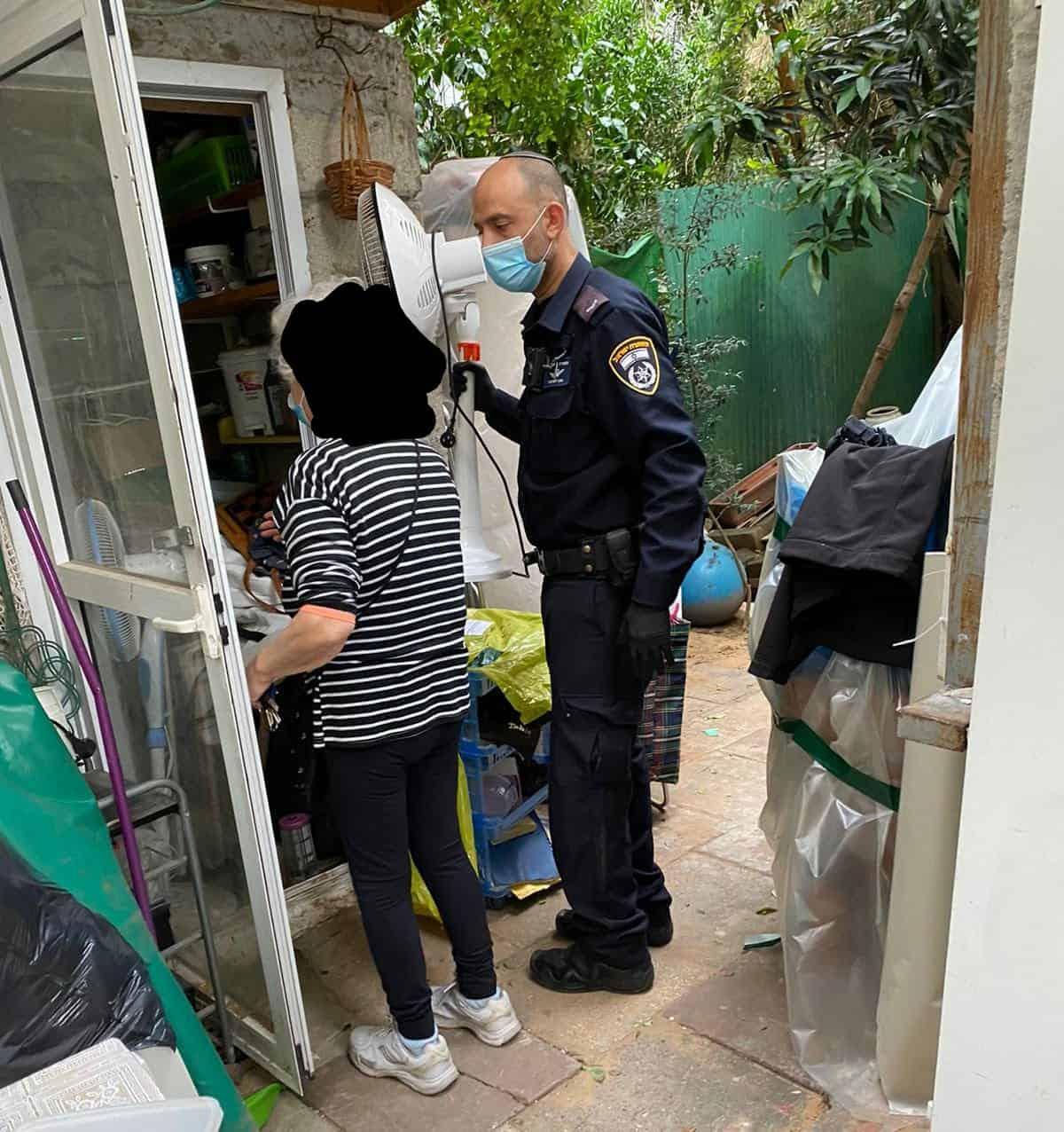 משטרה מסייעת לקשישה בגבעתיים
