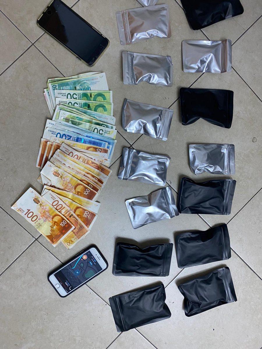 מנות סם ומזומן (צילום דוברות המשטרה)