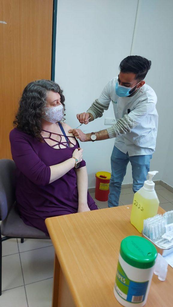חיסונים לקורונה במרפאת רמת השקמה (צילום דוברות כללית)