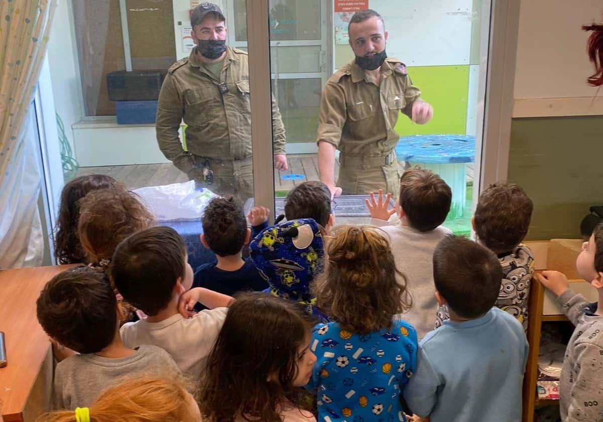 מפגש בין הלוחמים לילדים (צילום פרטי)