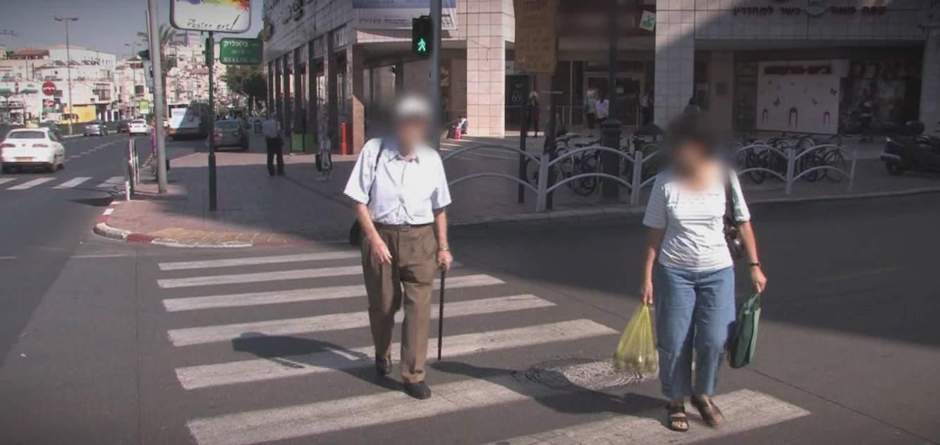 קשישים הולכי רגל (צילום אור ירוק)