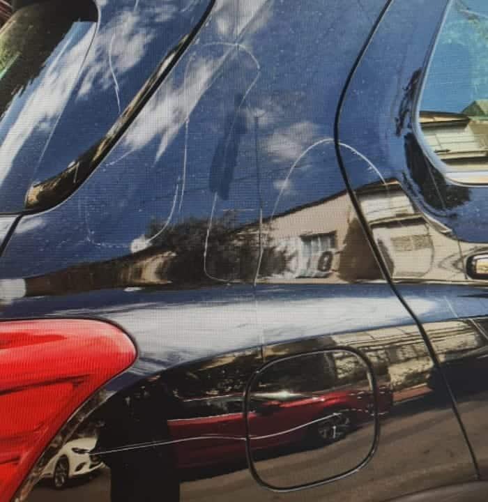 חריטות על הרכב (צילום דוברות המשטרה)