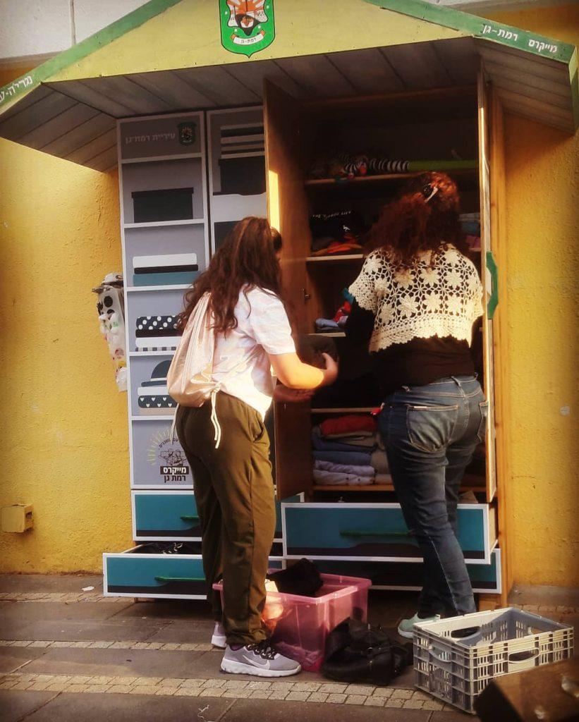 תושבים מגיעים לסדר את הארון הקהילתי (צילום מאיה ישראלי)