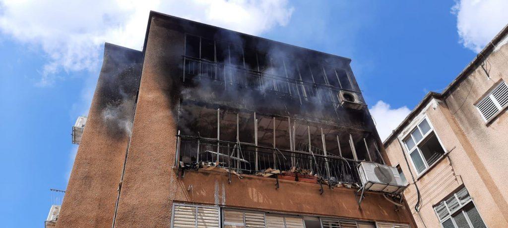 שריפה בדירה בגבעתיים. צילום: דוברות כב״ה מחוז דן