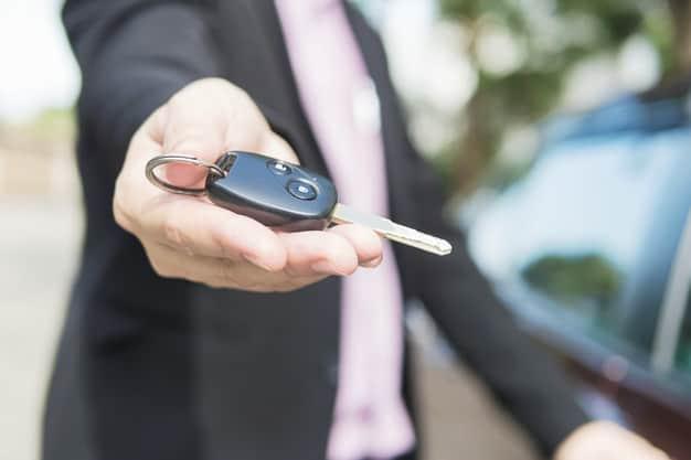 ביי פוסט freepik Man is giving a car key to somebody