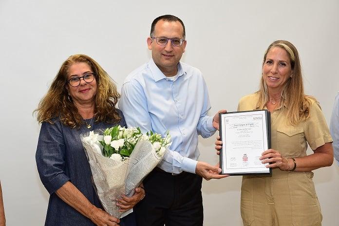 יעל אהרונוביץ בטקס מחנכים מצטיינים עם ראש העיר רן קוניק ורגינה אבירם מנהלת יגאל אלון. צילום באדיבות עיריית גבעתיים