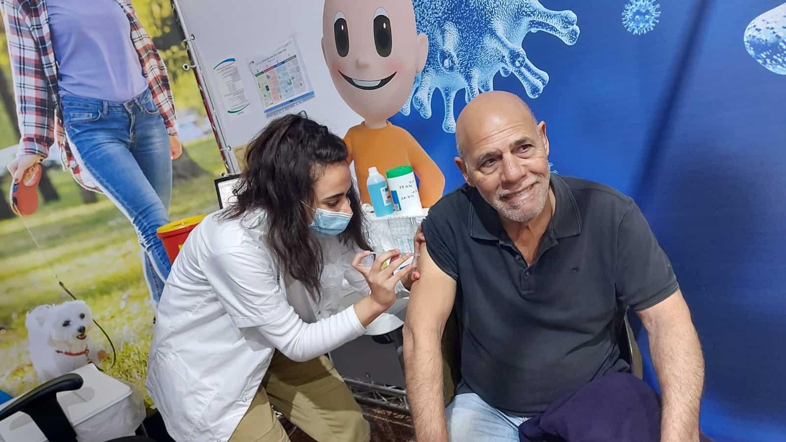 השחקן אורי גבריאל מתחסן במתחם חיסוני הקורונה בבית הצנחן, מוקדם יותר השנה. קרדיט: דוברות כללית