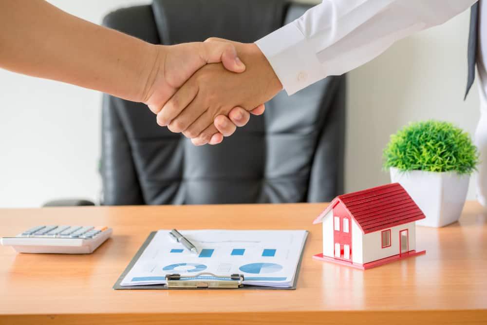 ביי פוסט? קרדיט FREEPIK hands-agent-client-shaking-hands-after-signed-contract-buy-new-apartment